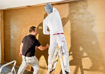 Malerteam der az-h bemalt Wand flächig im Gold-Look