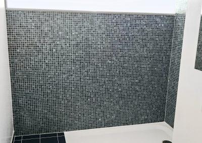 Mosaikfliesen in Nasszelle mit stufenloser Dusche